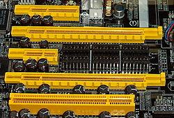 De cima para baixo: PCIe 4x, PCIe 16x, PCIe 1x, PCIe 16x, PCI